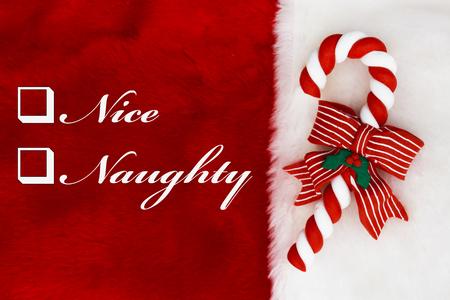 Vilain ou Nice, A bas rouge en peluche avec une canne et mots de Nice Candy et Méchant Banque d'images - 46001382