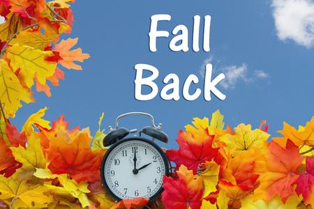 가 시간 변경, 단풍과 하늘 배경 텍스트와 함께 알람 시계 가을 다시 스톡 콘텐츠