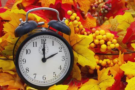 Tempo mudança outono, folhas de outono e Alarm Clock Imagens