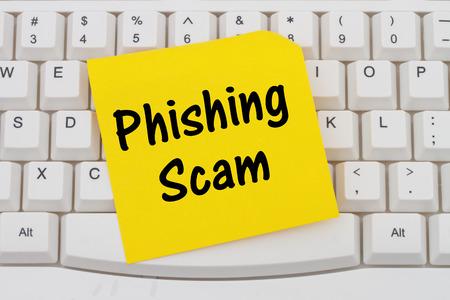 red informatica: Teclado de ordenador con una nota en blanco amarillo con el texto Phishing