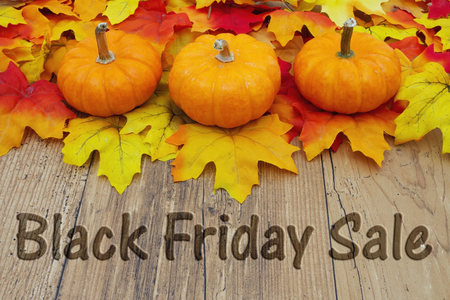 Black Friday Vente, Autumn Leaves sur un fond bois patiné avec le texte Black Friday Vente