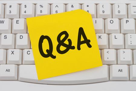 control de calidad: Conseguir Q & A en línea, Teclado con una nota adhesiva en blanco amarillo con el texto Q & A Foto de archivo