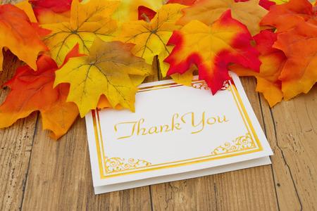 caes: Gracias, las hojas de otoño en la madera degradado grunge con una tarjeta de agradecimiento