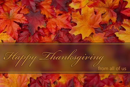 agradecimiento: Feliz Acción de gracias, caída deja el fondo y el texto feliz de Acción de Gracias de todos nosotros Foto de archivo