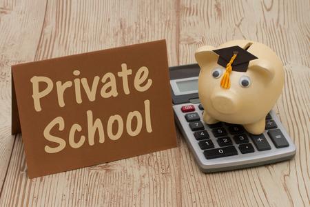 Private School, Ein goldener mit grad Kappe piggy bank, Karte und Rechner auf einem Holz-Hintergrund mit Text Private School Standard-Bild - 50529807