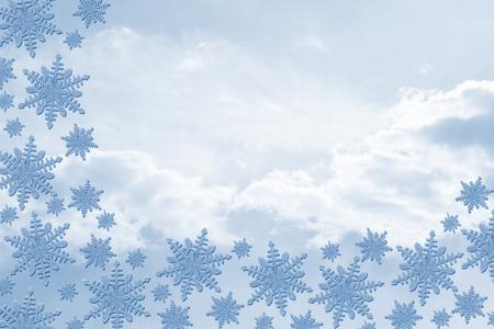 bordure de page: Les flocons de neige bleu avec des nuages ??de fond avec copie espace pour votre message