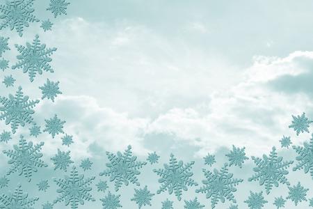 bordure de page: Teal Snowflakes avec des nuages ??de fond avec copie espace pour votre message