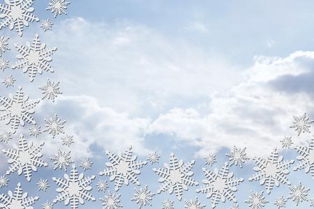 bordure de page: Flocons blancs avec des nuages ??de fond avec copie espace pour message