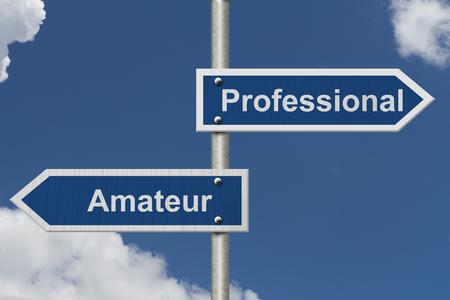 amateur: Diferencia entre ser un profesional o un aficionado, Dos azul señal de tráfico con el texto de profesionales y aficionados con el fondo del cielo