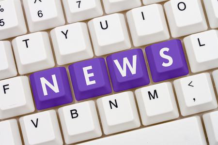 teclado de computadora: Consiguiendo sus noticias en Internet, un primer plano de un teclado con púrpura texto resaltado Noticias Foto de archivo