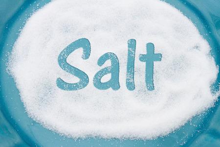 sal: Primer plano de la placa de trullo con una gran cantidad de sal con el texto Sal Foto de archivo