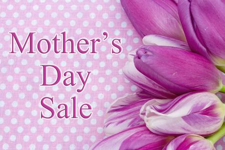 Day Sale Message de la Mère, Quelques tulipes à pois roses et texte Day Vente des Mères Banque d'images - 57821895