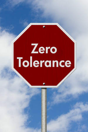 tolerancia: Tolerancia cero Se�al de stop, rojo y se�al de stop blanco con las palabras Tolerancia cero con fondo de cielo