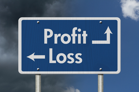perdidas y ganancias: Diferencia entre pérdidas y ganancias, azul señal de tráfico con ánimo de lucro texto y la pérdida con el fondo brillante y el cielo tempestuoso