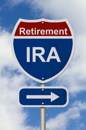 Modo per risparmiare per il vostro segno di pensionamento, rosso, bianco e blu segno autostrada americana con la parola IRA con sfondo cielo Archivio Fotografico