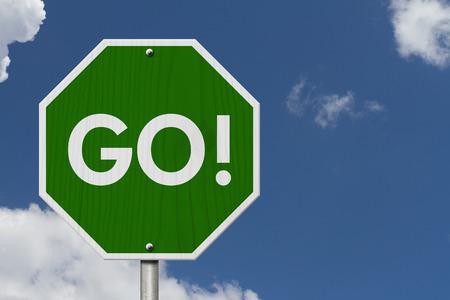 Signo de carretera de Green Go, signo de carretera de parada verde con palabras Go with sky background
