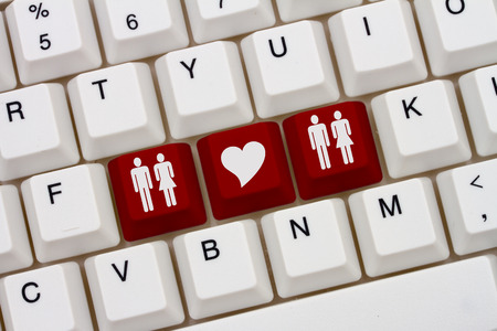 simbolo de la mujer: A close-up of a keyboard with red highlighted symbol of man and women couples and heart