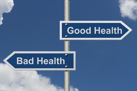 buena salud: Gozar de buena salud en comparación con la mala salud, Dos azul señal de tráfico con el texto de la buena salud y mala salud con fondo de cielo Foto de archivo