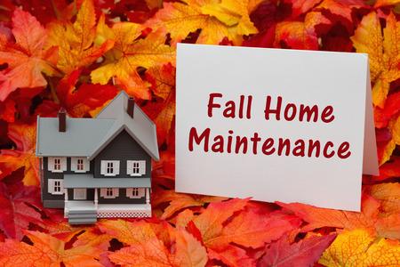 mantenimiento: Algunas hojas de otoño y la casa gris y tarjeta de felicitación con el texto de la caída de Mantenimiento Inicio