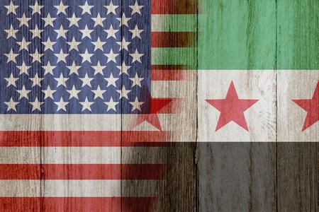 Verband tussen de VS en Syrië, de vlaggen van de VS en Syrië samengevoegd op verweerd hout Stockfoto