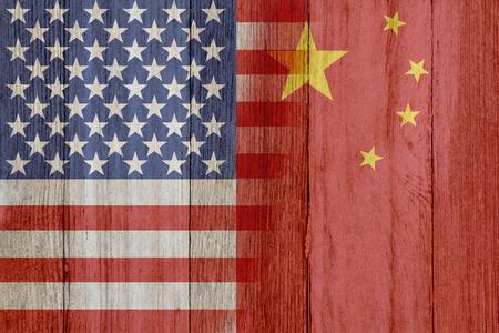 banderas america: Relación entre los EE.UU. y China, las banderas de EE.UU. y China se fusionaron en madera erosionada