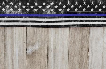 Dunne blauwe lijn VS oude vlag op een verweerde houten achtergrond met kopie ruimte voor uw bericht