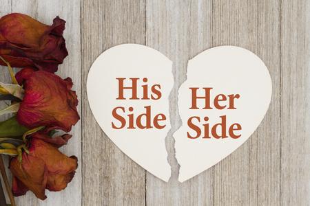 彼と彼女の側の離婚の死んだ風化した木の背景にテキスト彼の側にカード破れたハート型に赤いバラと彼女の側 写真素材