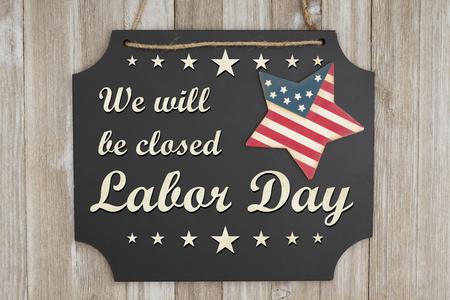 風化した木材に愛国心が強いアメリカ赤と青星と黒板にクローズドの労働者の日テキストをいたします