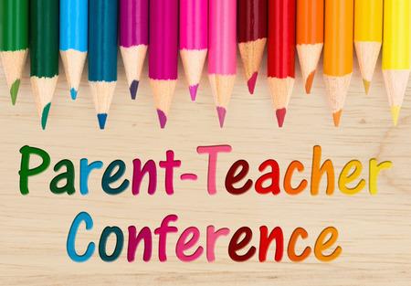 나무 책상에 다채로운 연필 크레용으로 학부모 교사 대회 텍스트