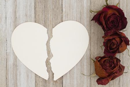 あなたのメッセージをコピー スペースと風化のウッドの背景に破れたハート カードで死んだ赤いバラ 写真素材 - 87946768