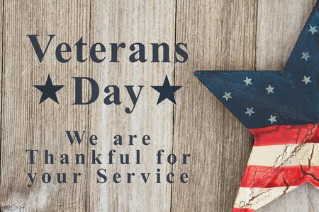 Veteranen-Tag sind wir dankbar für Ihren Servicetext mit patriotischem altem Stern USA auf einem verwitterten Holz Standard-Bild