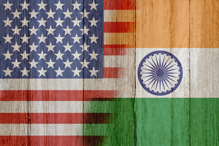 Relação entre os EUA e a Índia, as bandeiras dos EUA e da Índia se fundiram em madeira envelhecida Foto de archivo - 93643121