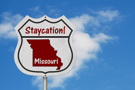 Missouri Stay cation Highway Sign, Missouri map and text Stay cation on a highway sign with sky 版權商用圖片 - 120318444