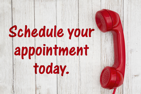 Programe su cita hoy mismo texto con teléfono rojo retro en madera con textura de encalado degradado