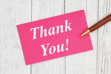 Texte de remerciement sur carte rose avec stylo sur bois texturé blanchi à la chaux patiné Banque d'images