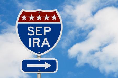 Pensioen met SEP IRA plan route op een snelweg verkeersbord in de VS met lucht