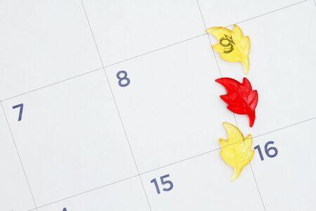 Herbstlaub auf einem Monatskalender mit Kopienraum für Ihre Termine im Herbst