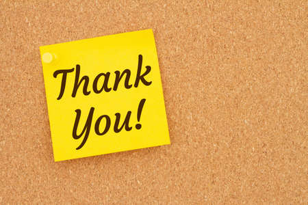 Thank you word message on sticky note on a corkboard 免版税图像