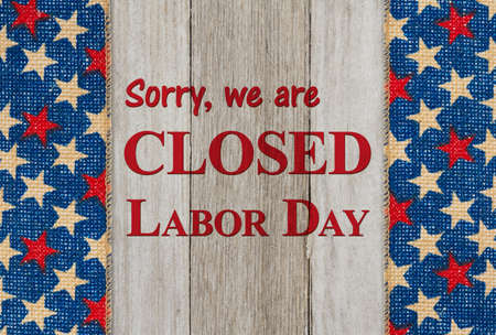 Closed Labor Day sign with red, white and blue USA stars banner 版權商用圖片