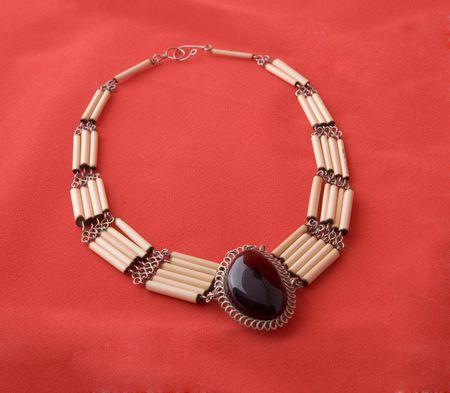 heirlooms: Collana di ossa e pietre