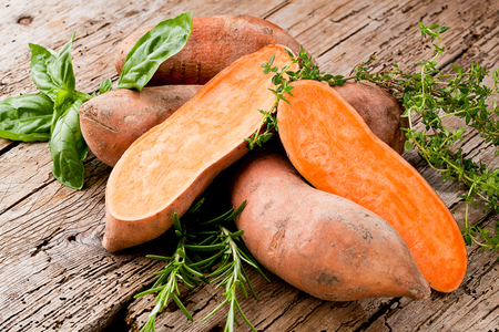 Sweet potato on Wooden background 写真素材 - 109240945