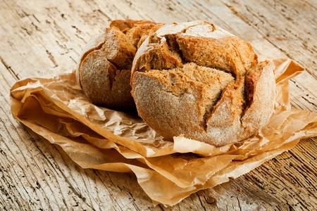 Frisches Brot auf dem Küchentisch. Das Konzept der gesunden Ernährung und der traditionellen Bäckerei Standard-Bild