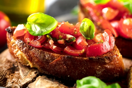 bruschetta, on slices of toasted baguette garnished with basil Banque d'images