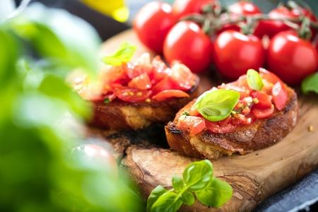 bruschetta, sur tranches de baguette grillées garnies de basilic