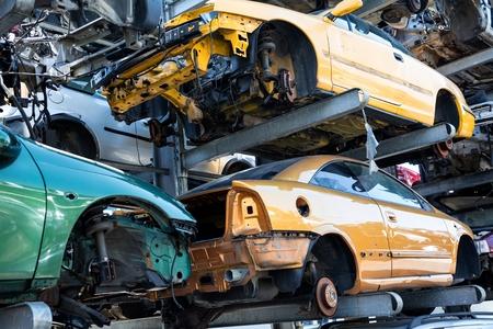 Reciclaje de coches viejos, usados y destrozados. Desmantelamiento de piezas en desguaces Foto de archivo