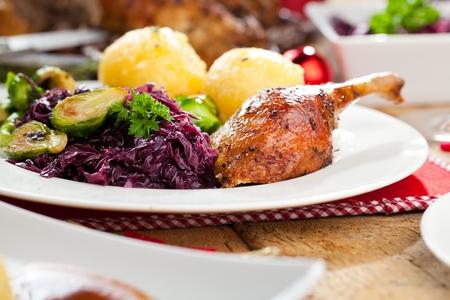 Pato asado de Navidad servido en una mesa festiva.