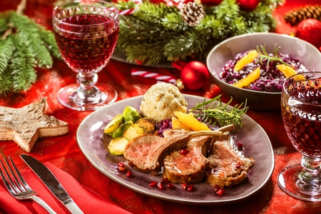 Roasted lamb or venison ribs on christmas table fetive dekoration food. Banque d'images - 112768391