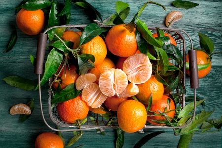 Fresh picked mandarins on wooden background closeup Banque d'images