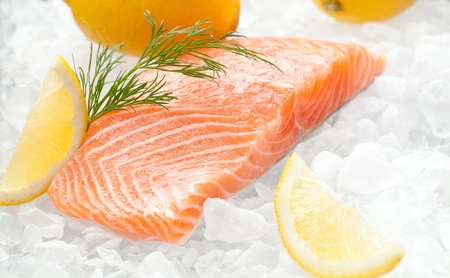 close-up shot of sliced salmon fillet on crushed ice. Stockfoto