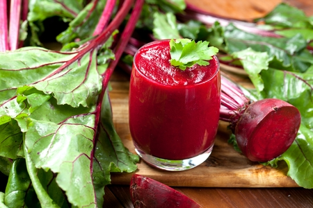 Glass of fresh beetroot juice with bets on wooden table 스톡 콘텐츠